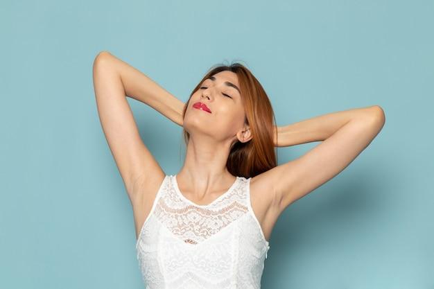 Frau im weißen kleid posiert Kostenlose Fotos