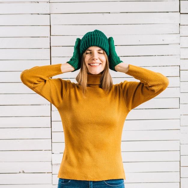 Frau in den gelben strickjackebedeckungsohren Kostenlose Fotos