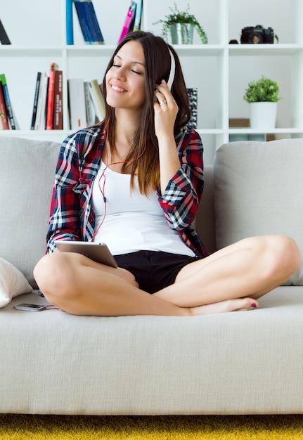 Frau in den Kopfhörern mit Tablette Kostenlose Fotos