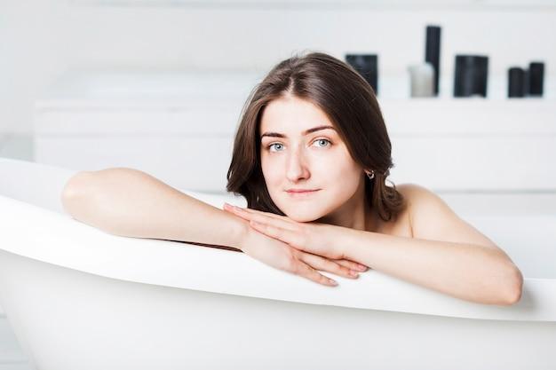 frau in der badewanne mit den h nden auf seite download der kostenlosen fotos. Black Bedroom Furniture Sets. Home Design Ideas
