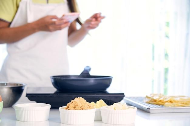 Frau in der küche kochen Premium Fotos