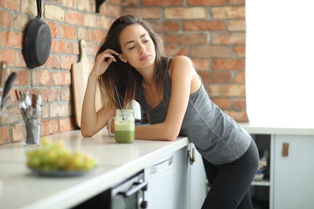 Frau in der küche Kostenlose Fotos