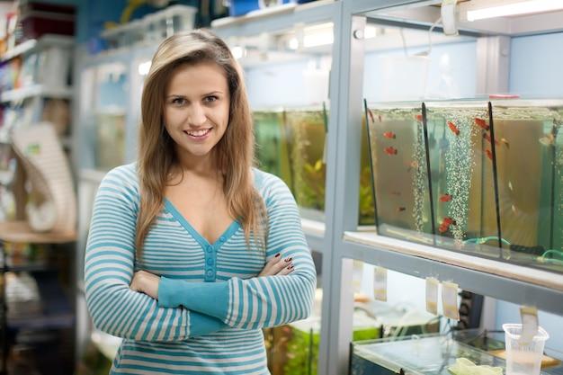 Frau in der nähe von aquarien Kostenlose Fotos