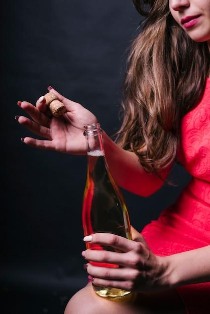 Frau in der rosafarbenen eröffnungschampagnerflasche Kostenlose Fotos