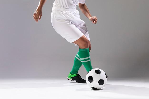 Frau in der sportkleidung, die mit ball spielt Kostenlose Fotos