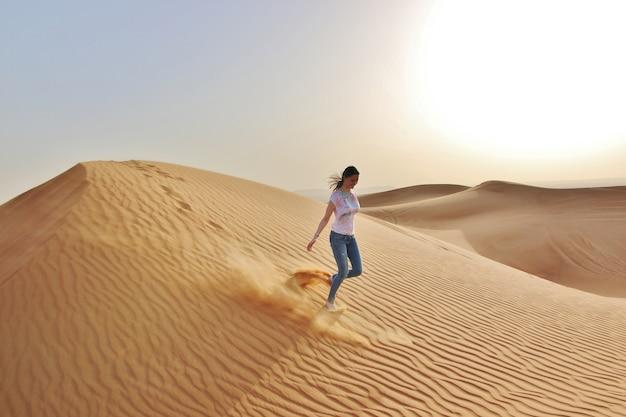 Frau in der wüste Premium Fotos