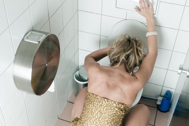 Frau in die toilette werfen Premium Fotos