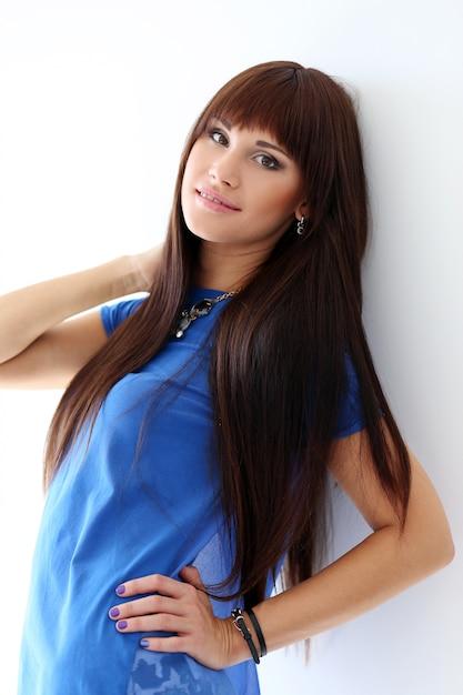 Frau in einem blauen t-shirt und in einer halskette Kostenlose Fotos