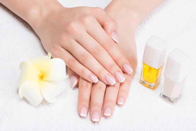 Frau in einem nagelstudio, der maniküre durch eine kosmetikerin erhält. schönheitsbehandlungskonzept. Kostenlose Fotos
