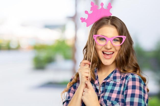 Frau in einer photo booth-party Premium Fotos