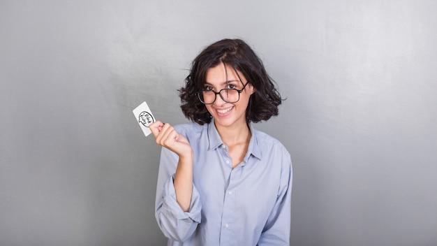 Frau in gläsern mit kreditkarte Kostenlose Fotos