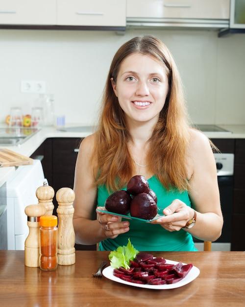 Frau in grün mit gekochten rüben Kostenlose Fotos