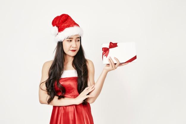 Frau in sankt-hut, der geschenke hält Premium Fotos