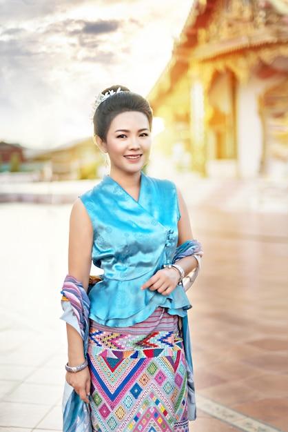 Frau in traditioneller asiatischer kleidung Premium Fotos