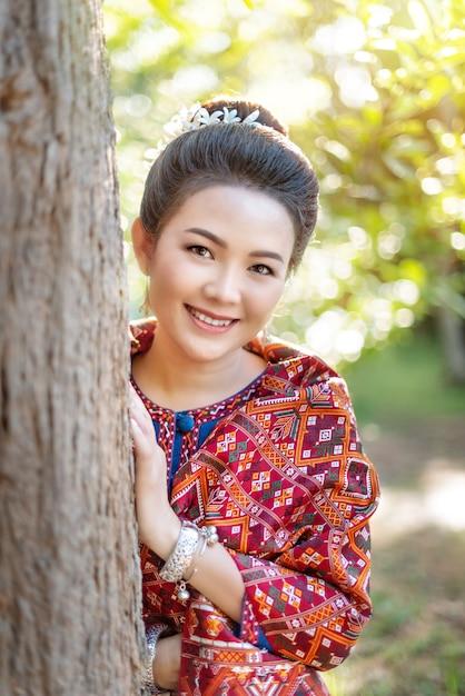 Frau in traditioneller asiatischer tracht Premium Fotos