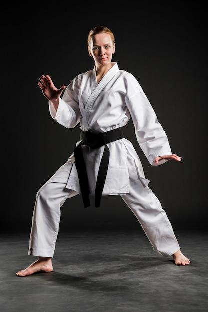 Frau in weißer karateuniform Kostenlose Fotos