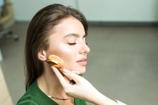 Frau kosmetik auftragen Premium Fotos