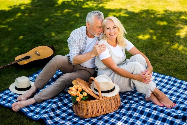 Frau lächelnd mit seinem mann auf ihrer seite Kostenlose Fotos