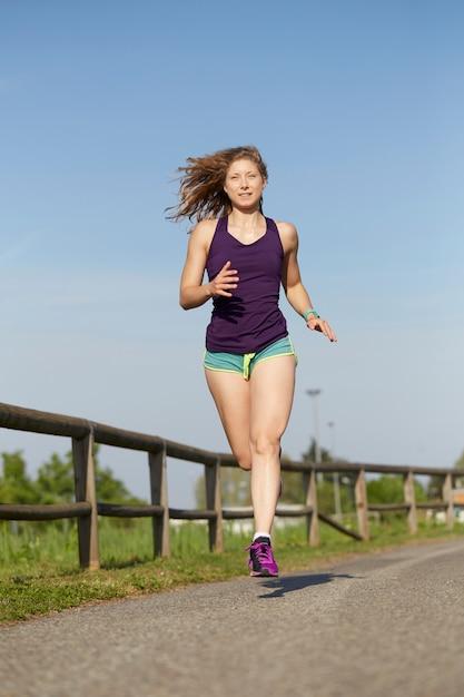 Frau läuft im park Premium Fotos