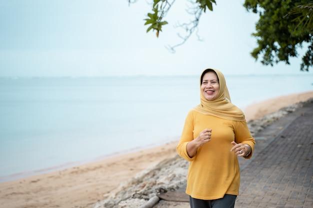 Frau läuft und macht sport im freien Premium Fotos