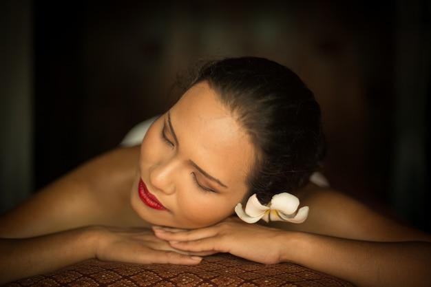 Frau liegt auf dem bauch | Kostenlose Foto