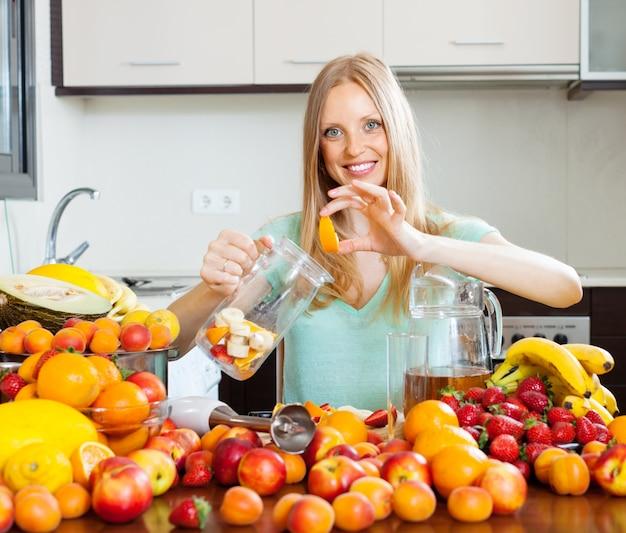 Frau macht getränke aus früchten Kostenlose Fotos