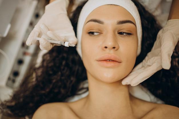 Frau macht injektionen bei kosmetikerin Kostenlose Fotos