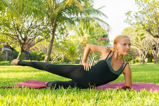 Frau macht yoga im garten Kostenlose Fotos