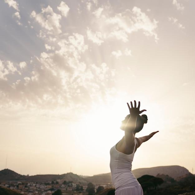 Frau macht yoga und streckt ihren körper aus Kostenlose Fotos