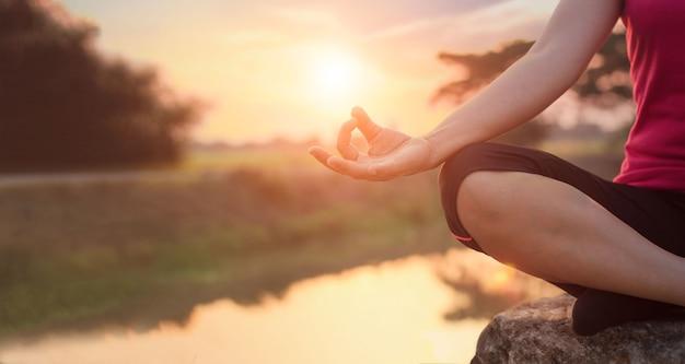 Frau meditiert am see Premium Fotos