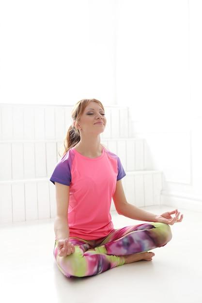 Frau meditiert in yoga-pose Kostenlose Fotos