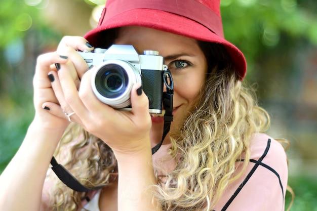 Frau mit alter weinlesekamera Premium Fotos