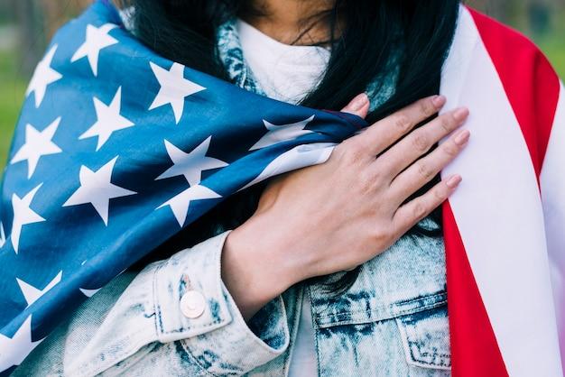 Frau mit amerikanischer flagge auf schultern Kostenlose Fotos