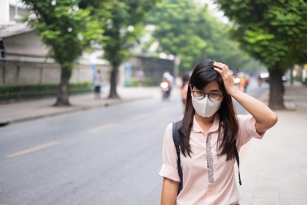 Frau mit atemmaske n95 schützen und filtern pm2.5 Premium Fotos