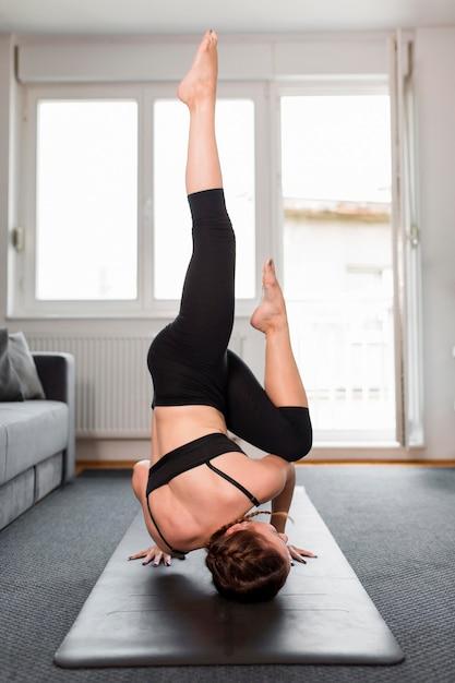 Frau mit beinen hoch sport zu hause konzept Kostenlose Fotos