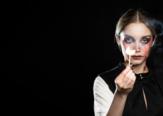 Frau mit beleuchtetem match- und kopienraum Kostenlose Fotos