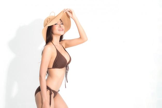 Frau mit bikini. sommer-modefotografie. Premium Fotos