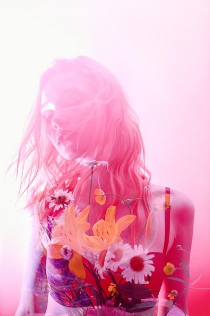Frau mit blumen nach innen, doppelbelichtung. blond Premium Fotos