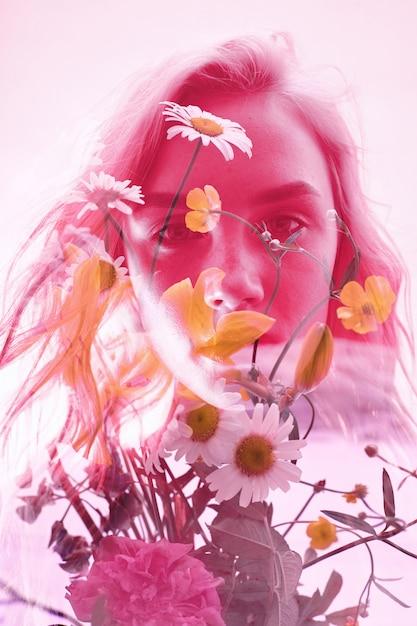 Frau mit blumen nach innen, doppelbelichtung Premium Fotos