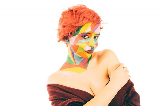 Frau mit dem orange haar und kunst bilden. isoliert Premium Fotos