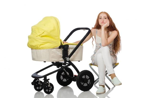 Frau mit dem schätzchen und pram getrennt auf weiß Premium Fotos