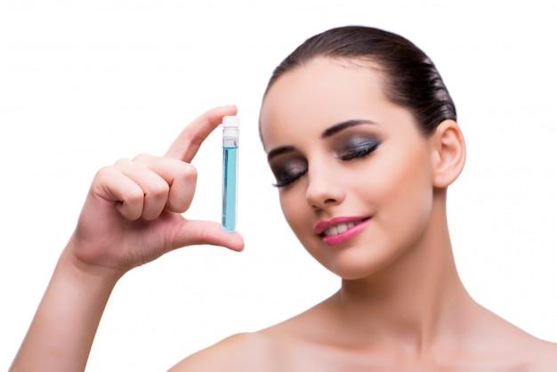 Frau mit der flasche der heilenden lösung getrennt auf weiß Premium Fotos