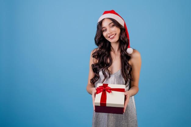 Frau mit der geschenkbox, die sankt-hut trägt Premium Fotos
