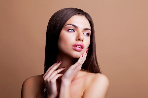 Frau mit dunklen glatten haaren und sexy lippen posiert Kostenlose Fotos