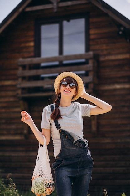 Frau mit eco tasche mit frucht in einer landseite Kostenlose Fotos