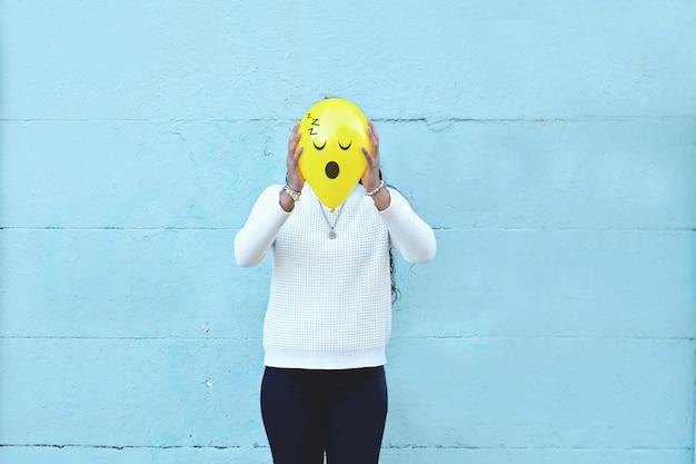 Frau mit einem ballon auf dem kopf Premium Fotos