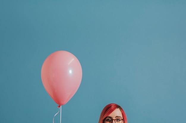 Frau mit einem einzigen ballon Kostenlose Fotos