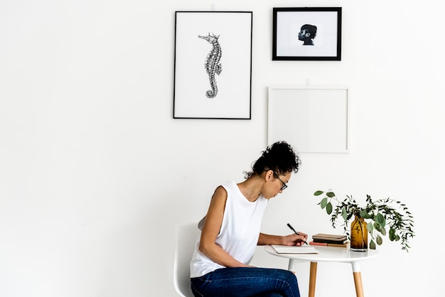 Frau mit einem notizbuch auf dem tisch Kostenlose Fotos
