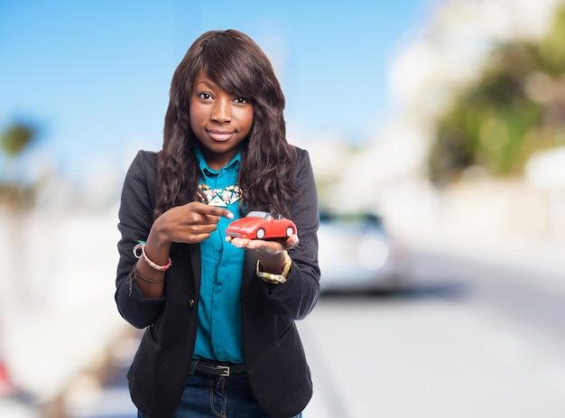 Frau mit einem spielzeugauto in der hand Kostenlose Fotos