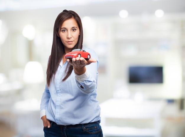 Frau mit einem spielzeugauto Kostenlose Fotos